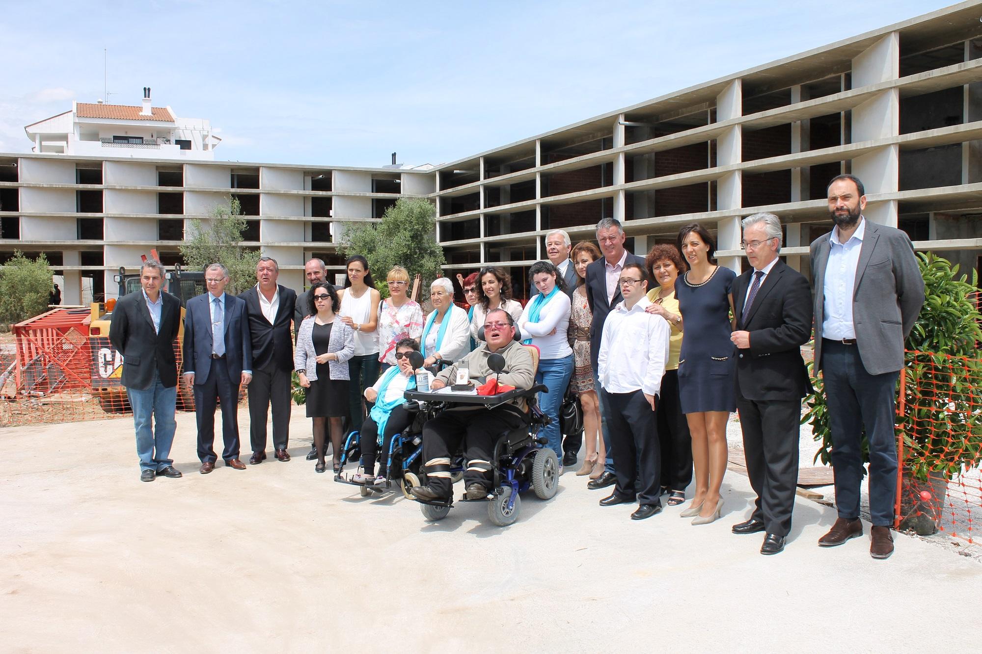 El alcalde celebra la reanudación de las obras de construcción de ...
